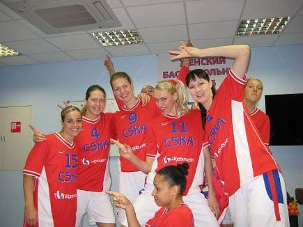 Equipe do CSKA Moscou; Hammon à esquerda (beckyhammon.com)