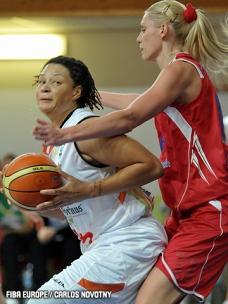 Tamika Whitmore (.esq) tenta se movimentar diante de Maria Stepanova (.dir)
