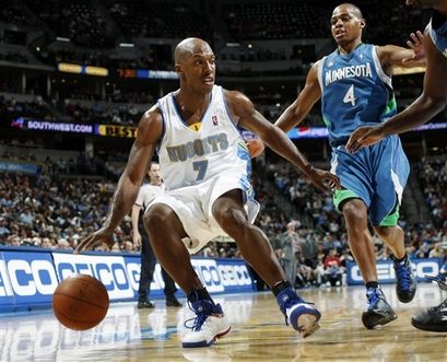Reparem que na foto, Billups ainda usa tênis com as cores de Detroit (Photo by Garrett W. Ellwood/NBAE via Getty Images)
