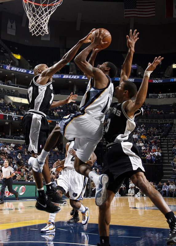 Bruce Bowen bloqueia a jogada de Mike Conley Jr. (Photo by Joe Murphy/NBAE via Getty Images)