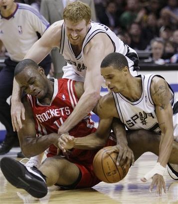 George Hill e Matt Bonner disputam bola com Carl Landry, do Houston Rockets (Photo by D. Clarke Evans/NBAE via Getty Images)