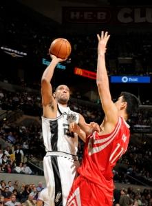Tim Duncan foi novamente destaque pelo lado do Spurs (Photo by D. Clarke Evans/NBAE via Getty Images)