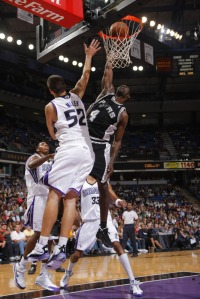 Michael Finley foi novamente destaque do Spurs  (Photo by Rocky Widner/NBAE via Getty Images)