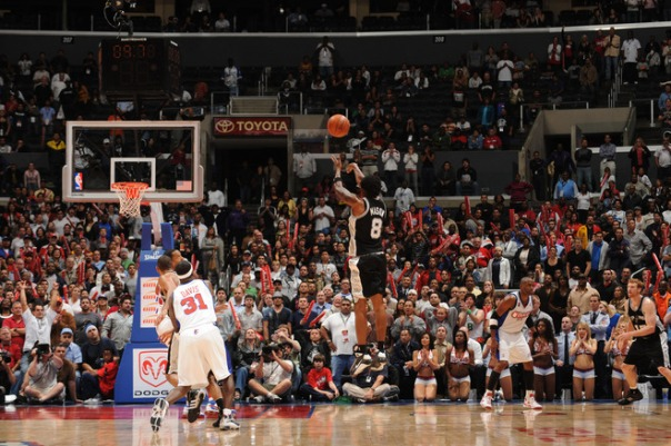 Mason faz o arremesso que rendeu a quinta vitória ao Spurs; a terceira de forma consecutiva (Photo by Noah Graham/NBAE via Getty Images)