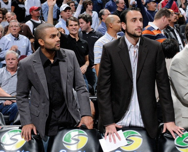 Tony Parker e Manu Ginobili assistem à derrota do Spurs para o Denver Nuggets (Photo by D. Clarke Evans/NBAE via Getty Images)