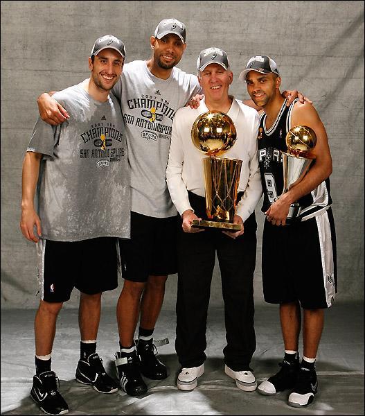 Manu Ginobili, Tim Duncan e Tony Parker. Junto com eles, o melhor técnico da história do Spurs, Gregg Popovich
