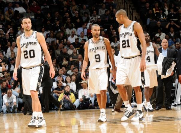 Com o trio inspirado, dificilmente o Spurs perde, ainda mais jogando em casa (Photo by D. Clarke Evans/NBAE via Getty Images)