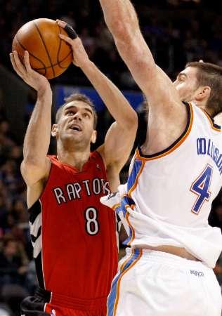 Calderon tenta jogada em cima de Nick Collison, do Thunder (REUTERS/Bill Waugh)