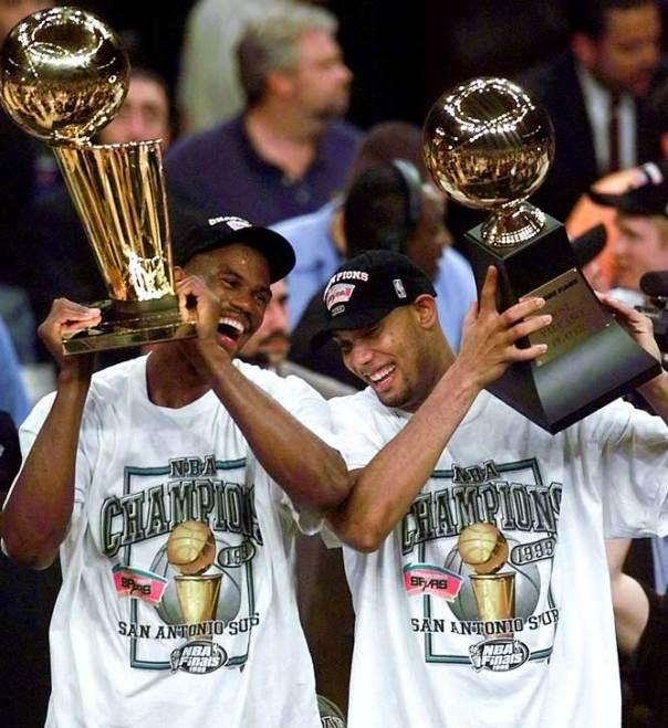 Junto com David Robinson, Duncan comemora o primeiro titulo e MVP com o Spurs