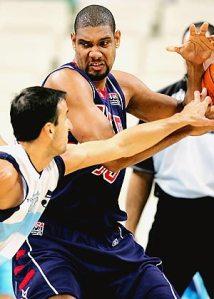 Pelo selecionado norte-americano, Duncan disputou 40 jogos. Na foto, em jogo contra a Argentina de Manu Ginobili