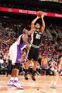 Duncan foi dominante; fez 25 pontos e pegou nove rebotes (Photo by Barry Gossage/NBAE via Getty Images)