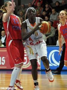 Hamchetou Maiga-Ba, atleta de Mali, tenta passar por Katie Douglas (fibaeurope.com)