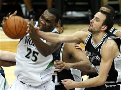 Vindo do banco, o argentino Manu Ginobili contribuiu com 16 pontos na vitória do San Antonio Spurs
