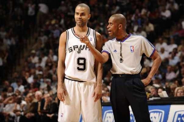 Tony Parker conversa com o juiz durante o embate; vitória tranquila para o Spurs
