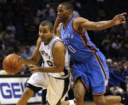 Parker passa pela marcação do novato Russell Westbrook (AP Photo/Darren Abate)