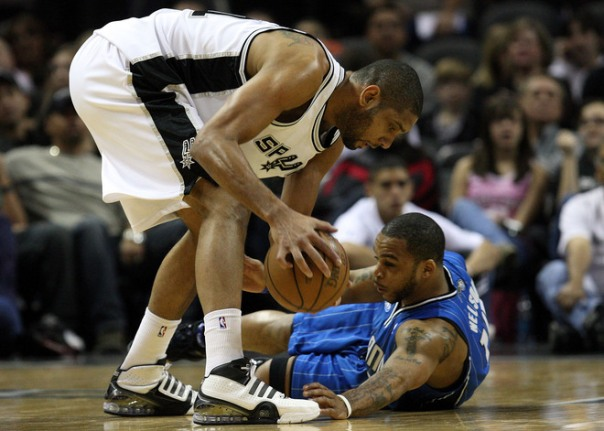 Duncan disputa bola com Jameer Nelson. Apesar do double-double, Duncan teve dificuldades para parar D12 (Photo by Ronald Martinez/Getty Images)