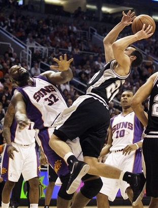 Manu Ginobili tenta jogada contra Shaq; argentino comprovou que Suns é seu adversário favorito (Photo by Barry Gossage/NBAE via Getty Images)