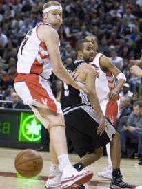 Tony Parker dá belo passe durante a derrota do Spurs