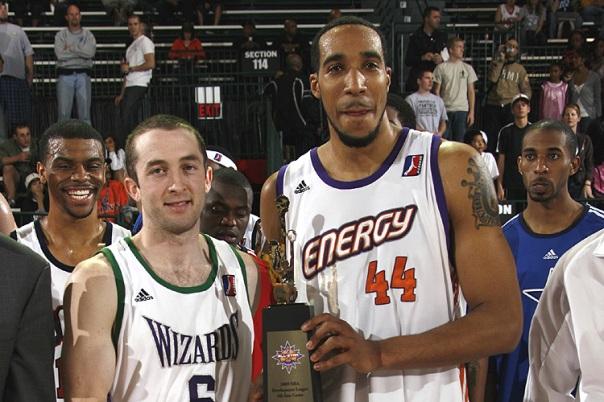 Blake Ahearn (.esq) e Courtney Sims (.dir) seguram o prêmio de MVP da partida