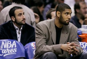 Ginóbili e Duncan observam o jogo apreensivos. (Foto por AP Photo/Eric Gay)