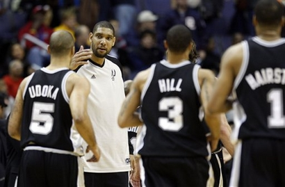 Duncan cumprimenta os atletas do garbage time do Spurs AP Photo/Pablo Martinez Monsivais)