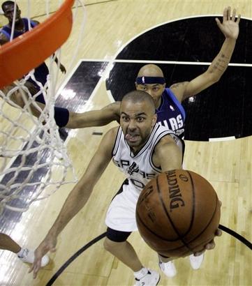 Parker passa pela marcação de James Singleton (AP Photo/Eric Gay)