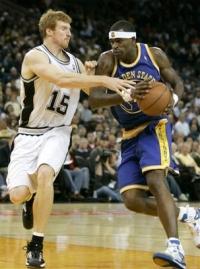 Matt Bonner (esq.) vem trabalhando para melhorar sua capacidade defensiva. Fonte: givemetherock.com