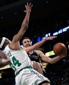 Ginobili tenta jogada em cima de Paul Pierce na vitória do Spurs (Photo by AP Photo)