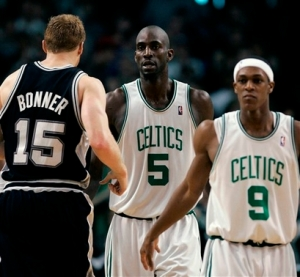Cestinha do Spurs ao lado de Duncan, Bonner encara Garnett e Rondo (Photo by AP Photo)