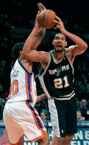 Duncan tenta jogada diante dos Knicks; a última partida em que Duncan conseguiu chegar à marca de 20 pontos (AP Photo/Frank Franklin II)