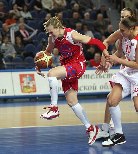 Katie Douglas tenta jogada (estranha) na derrota para o Spartak Moscow