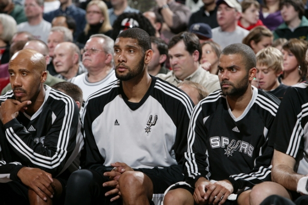 Elenco desolado assiste a derrota do Spurs (Photo by Sam Forencich/NBAE via Getty Images)