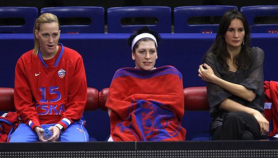 Jogadoras do CSKA observam a vitória do banco de reservas