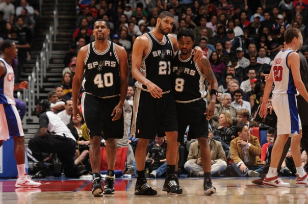 Kurt Thomas, Tim Duncan e Roger Mason caminham para o banco durante pedido de tempo. (Photo by Noah Graham)