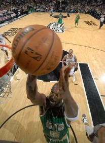Kevin Garnett voltou e teve desempenho discreto (Foto por Nathaniel S. Butler/NBAE via Getty Images)