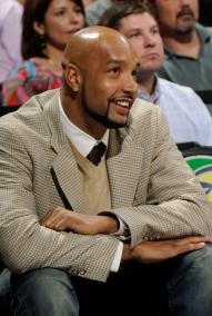 Gooden assistiy ao seu primeiro jogo no banco de reservas do Spurs (Fonte: yahoo.com)