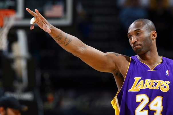 Kobe Bryant orienta sua equipe durante a vitória (Photo by Garrett W. Ellwood/NBAE via Getty Images)