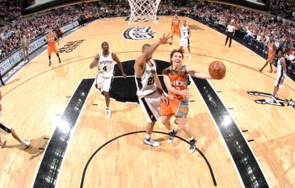Nash tenta infiltrar na defesa de San Antonio (Fonte: yahoo.com)