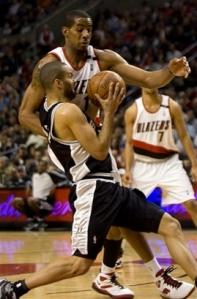 Parker até que tentou, mesmo assim equipe saiu derrotada (Photo by Sam Forencich/NBAE via Getty Images)