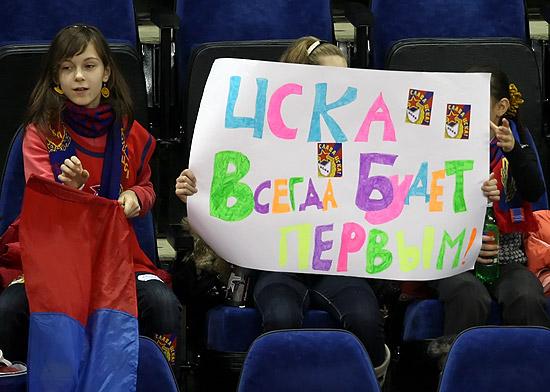 Cartazes misteriosos, pelo menos para nós brasileiros, sempre aparecem no ginásio do CSKA. Alguém sabe o que significa esse? (Fonte: cskabasket.ru)