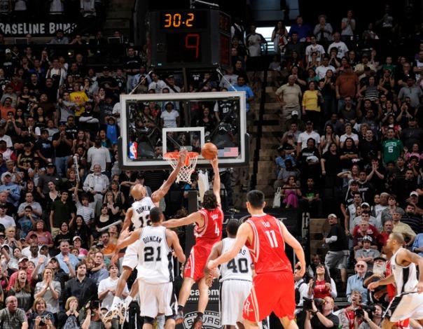 Scola converte a cesta vencedora; Rockets é o novo vice-líder da conferência (Photo by D. Clarke Evans/NBAE via Getty Images)