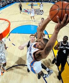 Westbrook consegue linda jogada na vitória do Thunder (Foto: Larry W. Smith/NBAE/Getty Images)