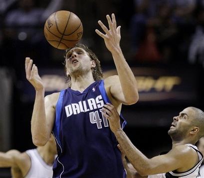 Mesmo sendo a estrela do Dallas, Nowitzki passou longe de brilhar contra o Spurs