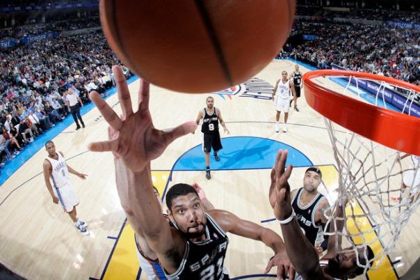 Duncan tenta a jogada, observado de perto por Gooden e Parker. (Foto por Layne Murdoch/NBAE via Getty Images).