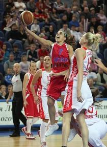 Hammon - que pouco brilhou - tenta jogada em cima de Lauren Jackson (Fonte: cska.com.ru)