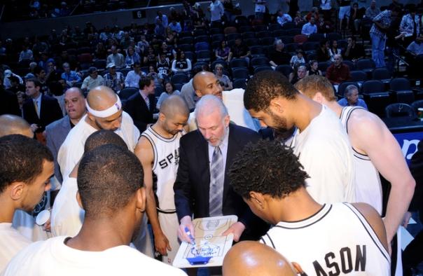 Popovich reúne atletas em pedido de tempo; derrota foi inevitável (Photo by D. Clarke Evans/NBAE via Getty Images)
