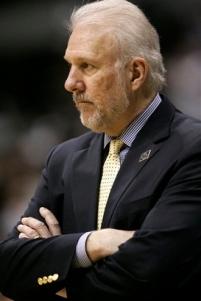 Gregg Popovich tenta entender o que aconteceu com sua equipe. (AP Photo/Tony Gutierrez)
