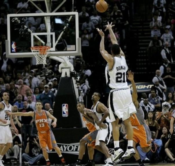 A cesta de três pontos de Tim Duncan contra o Phoenix Suns no ano passado é um dos lances lembrados pelo site