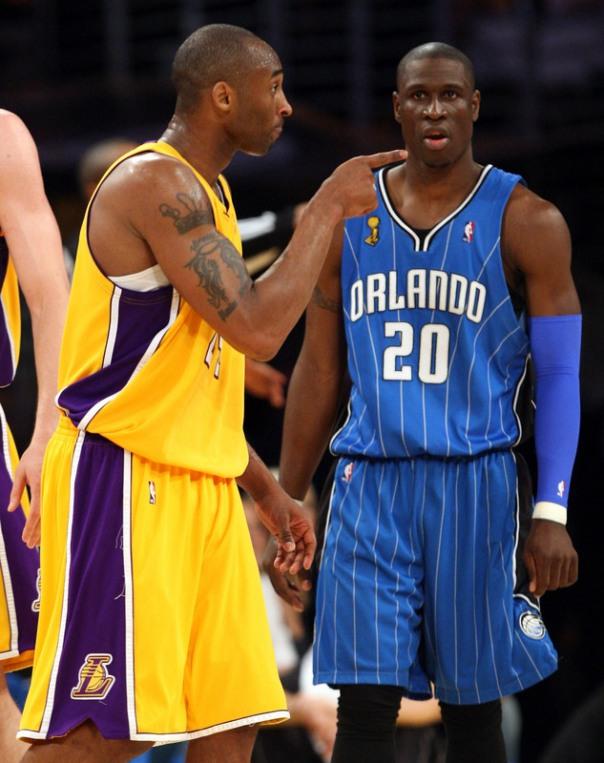 É VOCÊ MESMO! Kobe escolhe a dedo; Pietrus nem viu a cor da bola no massacre