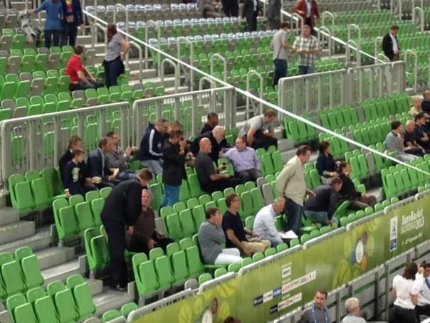 Buford aparece na primeira fila, de camiseta preta e óculos (Reprodução/Twitter)